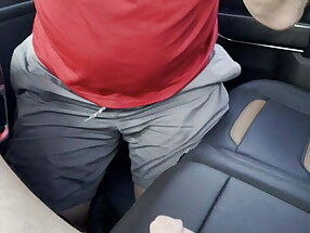 Daddy bungle gives blow job in car