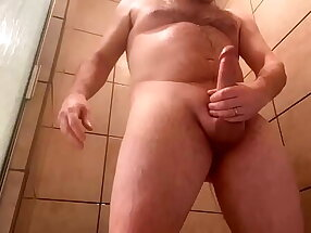 Sem conseguir ver seu passivo fixo por conta da COVID, papai casado gostoso exibe seu pirocão para ele not later than Webcam e goza gostoso no banho.